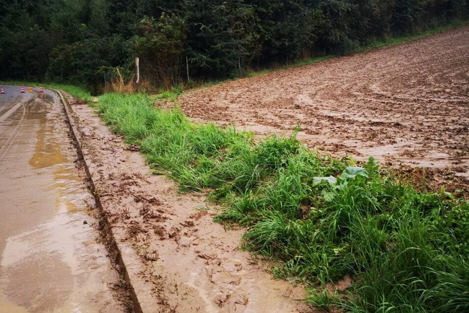 Von diesem abgeernteten Feld oberhalb der Talsperre Malter wurde der Schlamm auf die Straße gespült.