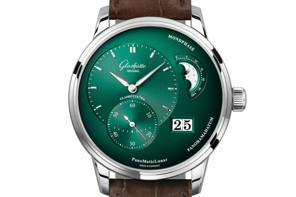 Der Uhrenhersteller Glashütte Original hat in diesem Jahr unter anderem das Modell PanoMaticLunar in Tannengrün vorgestellt. Aktuell kostet es 9.160 Euro.