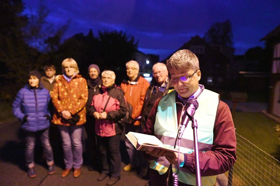 Interessiert lauschen die Einwohner der Lesung von Bürgermeister Cornelius Stempel.