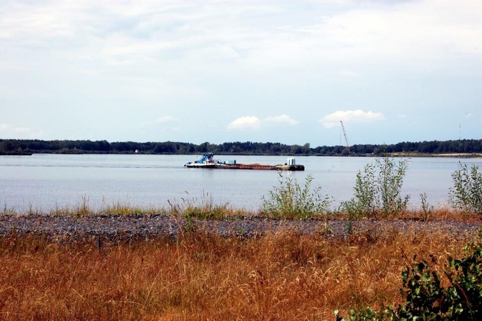 Segelboote und Angelkähne bestimmten über Jahre sommers das Bild auf dem Wasser. Im Moment dagegen ist lediglich Sanierungstechnik unterwegs.