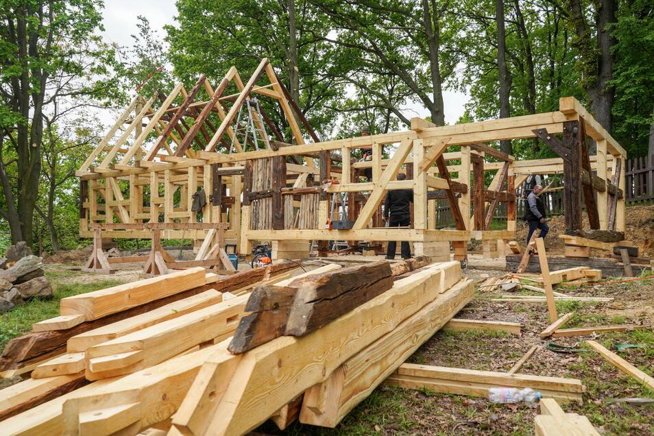 Das historische Scharfrichterhaus aus Lissahora wird derzeit aus einigen alten und vielen neuen Balken wieder aufgebaut.