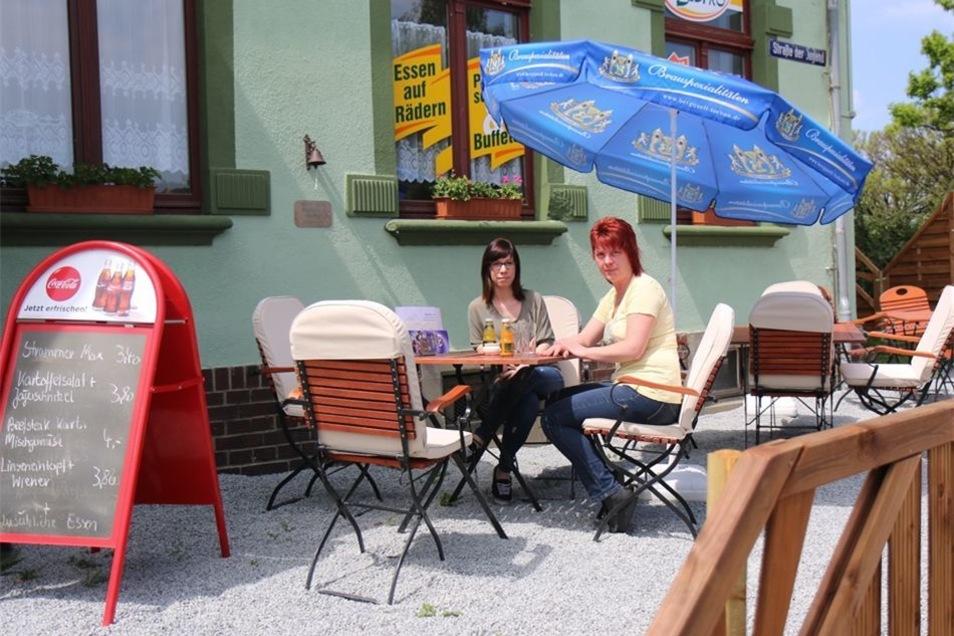 Monique Löchner und Mandy Henke (von links) genießen das schöne Wetter vor dem Jägerbistro am Löbauer Rundteil.