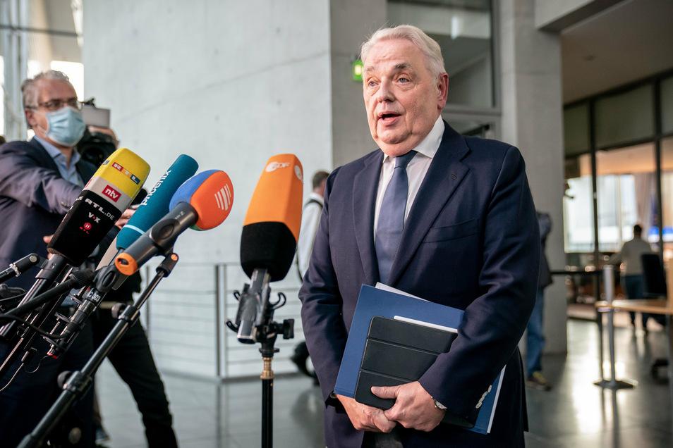 Klaus-Peter Schulenberg, Vorstandschef CTS Eventim, spricht nach der Befragung als Zeuge aus dem Maut-Untersuchungsausschuss des Bundestags mit Journalisten.