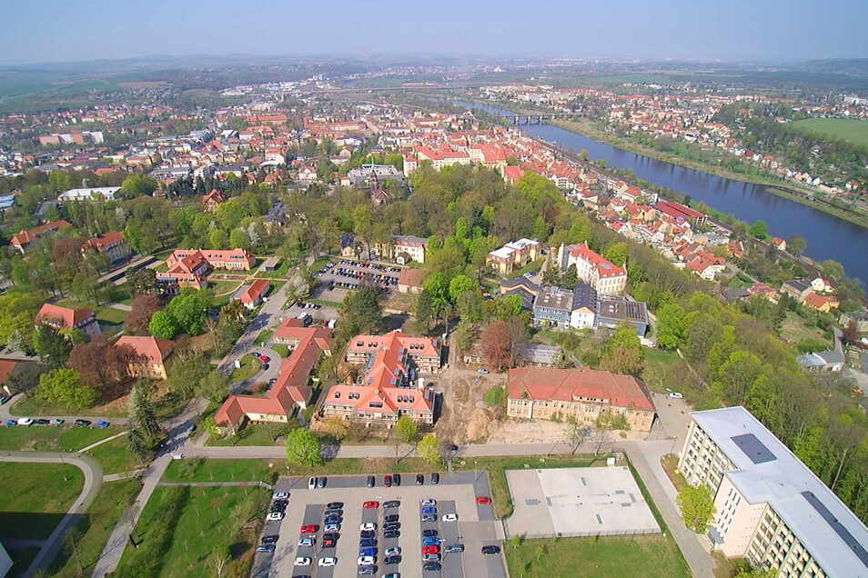 Schlosspark Pirna mit der gleichnamigen Straße, die im Foto längs verläuft: Ein Fußweg ist nicht in Sicht.