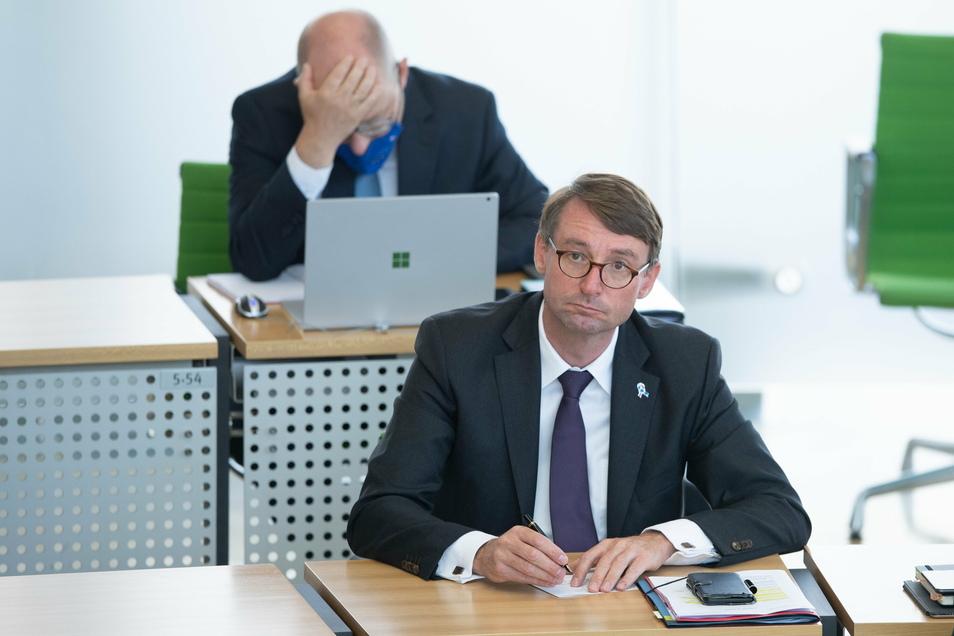 Heiße Debatten: Hier im Landtag hält der Stuhl von Sachsens Innenminister Roland Wöller (CDU). Sein Exemplar am Kabinettstisch wackelt dagegen mächtig, nachdem er monatelang bundesweit in den Schlagzeilen gestanden hatte. Fotos: dpa (2)