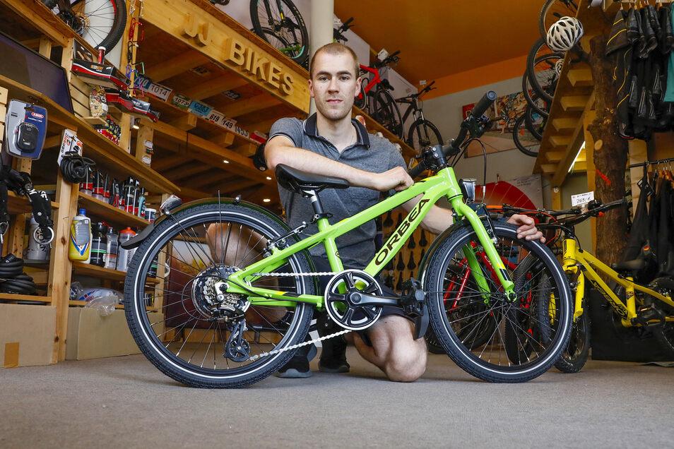 Max Richter, Mitarbeiter von JJ Bikes in Zittau, wird demnächst Fahrräder und Zubehör in einem neuen Laden am Zittauer Markt verkaufen.