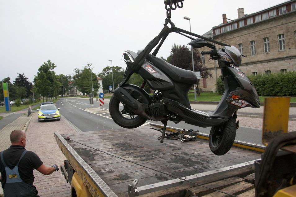 Der beschädigte Motoroller wird auf der Rottwerndorfer Straße in Pirna auf einen Transporter geladen. Die Fahrerin war gestürzt und wurde in die Uniklinik nach Dresden gebracht.