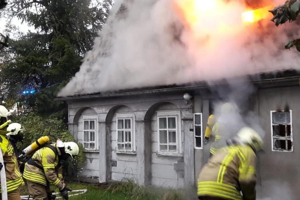 Die Flammen schlugen bereits aus dem Dachgeschoss, als die Kameraden am und im Umgebindehaus mit dem Löschen begannen.