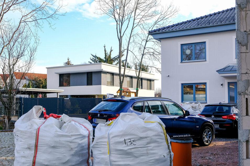 Der Gemeinderat von Weinböhla wollte nicht, dass diese beiden Neubauten an der Bachgasse in Weinböhla entstehen. Die Bauherren haben jedoch laut Baugesetzbuch einen Rechtsanspruch darauf, dort zu bauen.