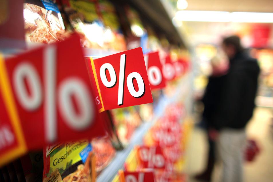 Symbolbild: Ab Juli soll der Standard-Mehrwertsteuersatz von 19 Prozent auf 16 Prozent, der ermäßigte Satz von 7 Prozent auf 5 Prozent gesenkt werden. Doch nicht alle geben die Senkung an den Kunden weiter.