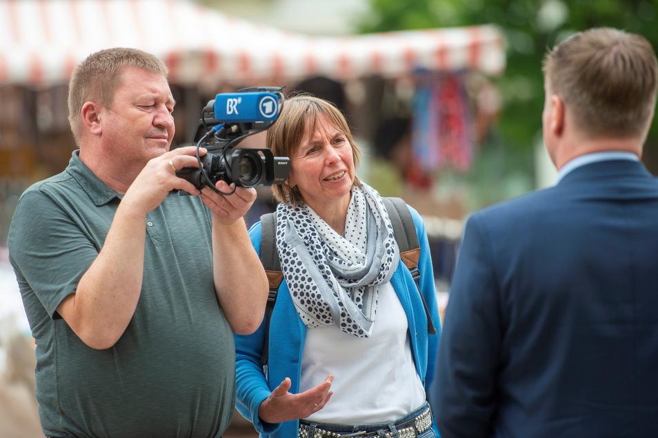 """Kamera läuft: Ein Team des Bayerischen Rundfunks interviewte am Donnerstagmittag Großenhains Oberbürgermeister Sven Mißbach für das ARD-Magazin """"Plusminus""""."""