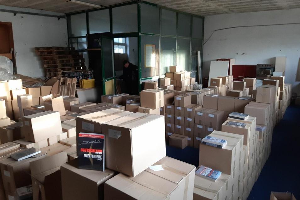 Zahlreiche verbotene Publikationen und Bücher wurden in einer Lagerhalle im Kreis Leipzig beschlagnahmt.