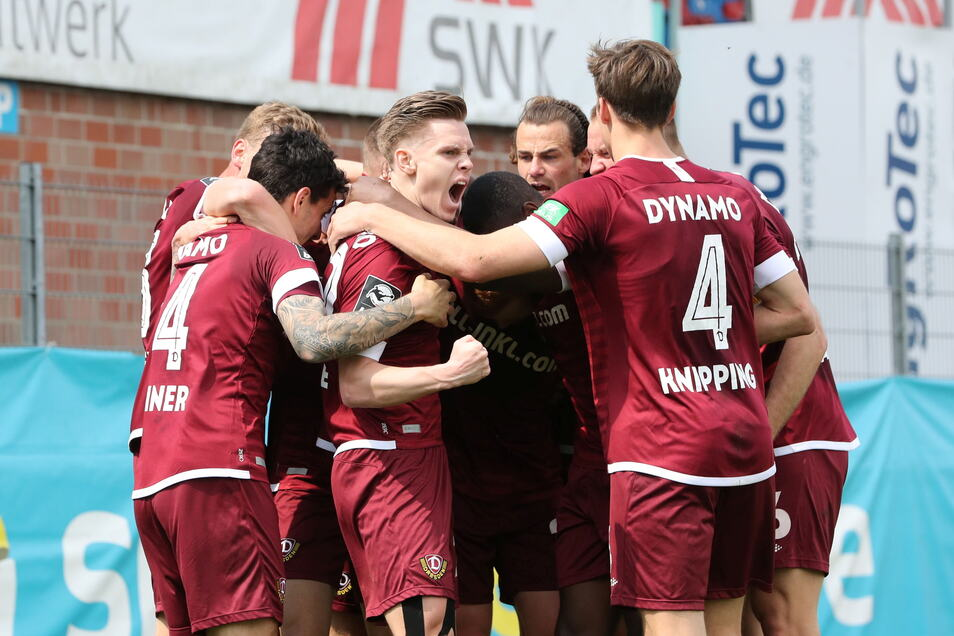 Die Mannschaft freut sich über den 2:0-Sieg gegen den KFC Uerdingen. Es war ein verdienter Sieg der Dresdner.