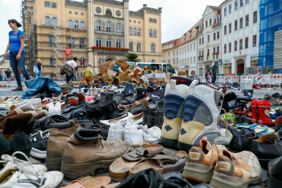 Europa im Krieg und 2.262 Paar Schuhe auf dem Zittauer Marktplatz.