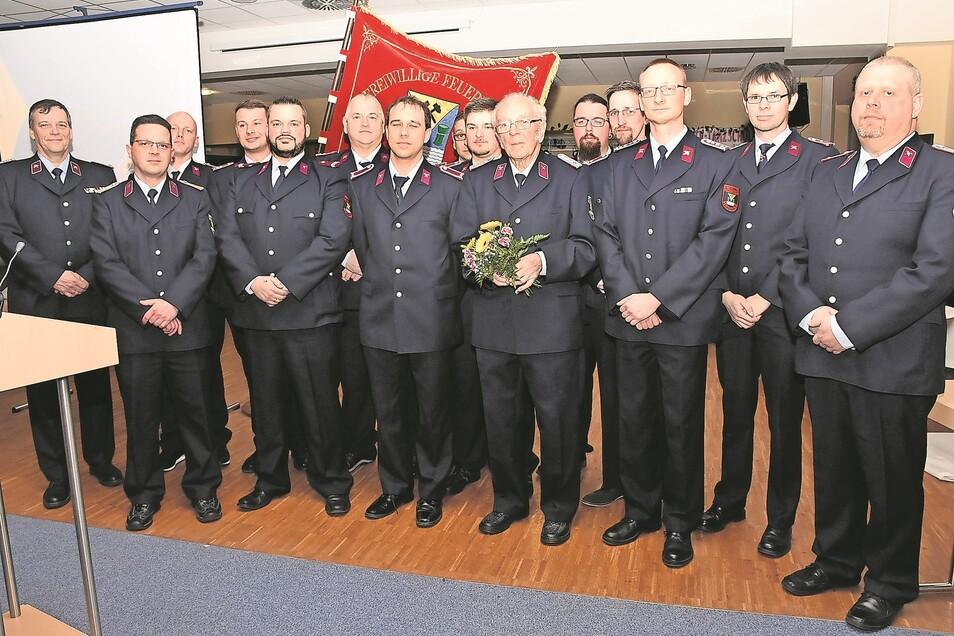 Die ausgezeichneten und beförderten Kameraden blickten am Freitagabend während der Jahreshauptversammlung der Freiwilligen Feuerwehr Weißwasser in die Kamera.