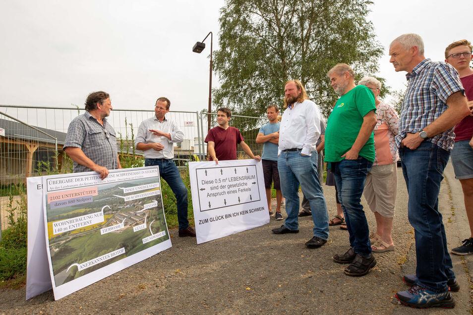 Anton Hofreiter (Bündnis 90 / Die Grünen, weißes Hemd, r.) hatte sich mit der Bürgerinitiative getroffen. Investor Marten Tigchelaar (Mitte, am Zaun) erläutert seine Pläne.