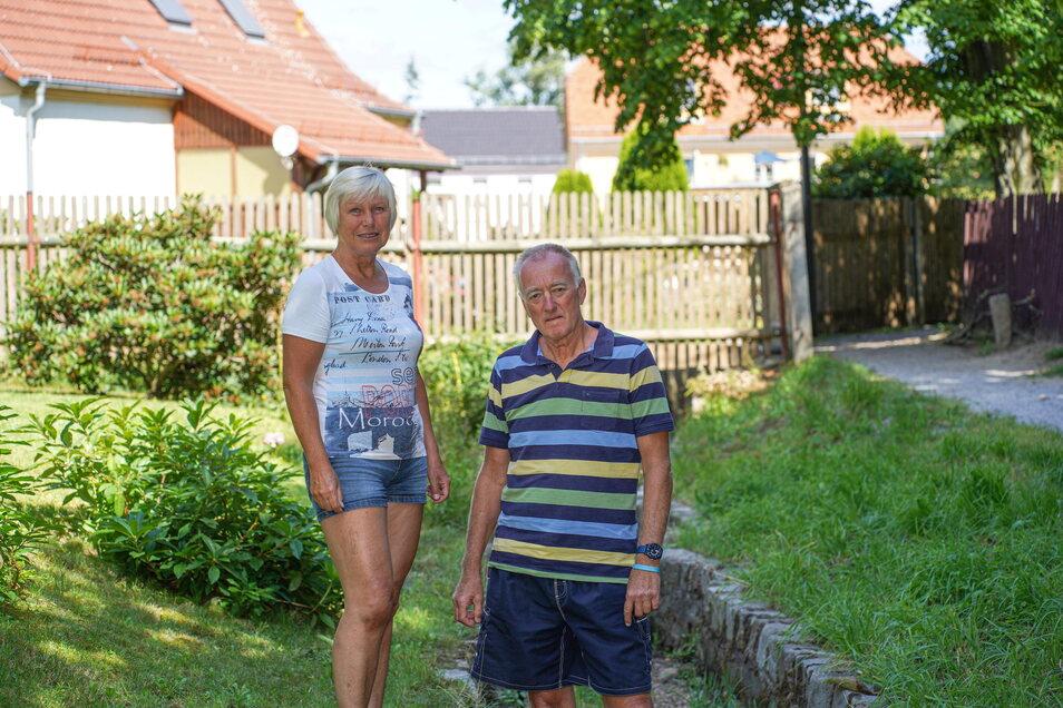 Bis vor drei Jahren stand am Grundstück von Bärbel und Klaus Preißler in Gaußig ein Zaun. Den ließ die Gemeinde entfernen. Das Anwohnerehepaar erhebt schwere Vorwürfe gegen den Bürgermeister. Der dementiert.