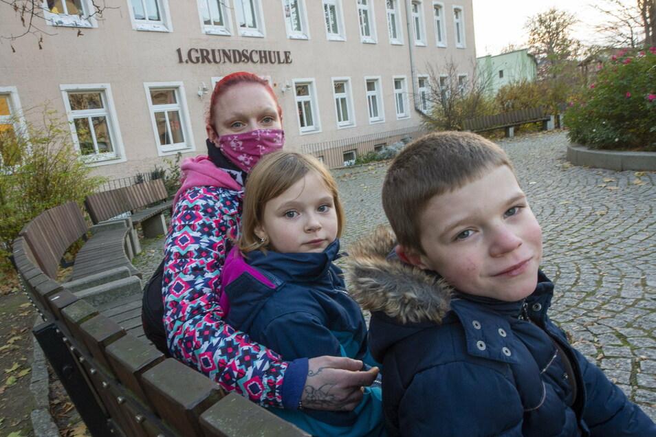 Sindy Sieder mit Tochter Ariane (3. Klasse) und Sohn Norwin (1. Klasse) vor der 1. Grundschule Schubertallee.