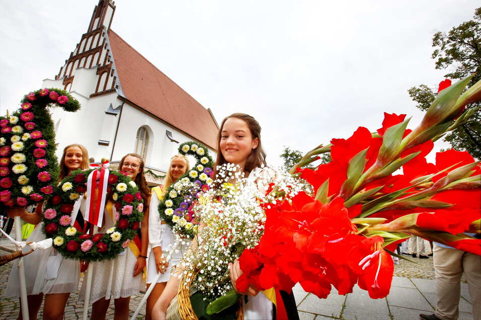 Zum Kamenzer Forstfest gehören die in Weiß gekleideten Mädchen und Jungen aus den Schulen und Blumenschmuck. Bis zu 50.000 Gäste zieht das Fest jährlich an. Jetzt ist es immaterielles Kulturerbe.