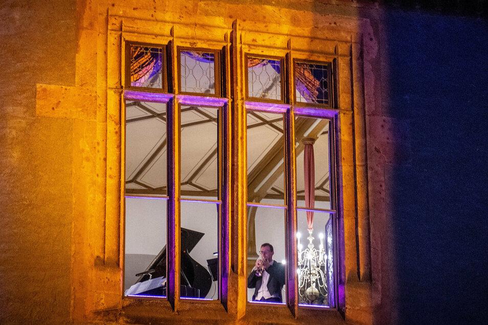 Das Dresdner Salon-Trio spielt bei geöffnetem Fenster im großen Festsaal der Burg Kriebstein.