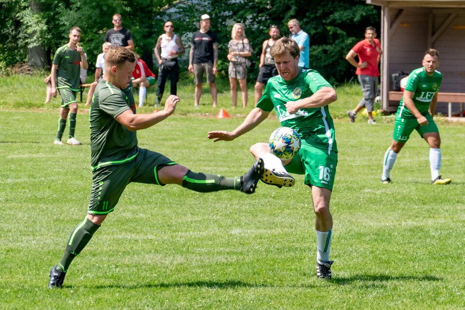 """Sebastian Gasch (rechts) hatte mit vier Toren einen Löwenanteil am 7:5-Erfolg des SV Traktor Mochau gegen Blau-Weiß Bennewitz. Hier """"duelliert"""" er sich mit Gäste-Spieler Eric Graf."""