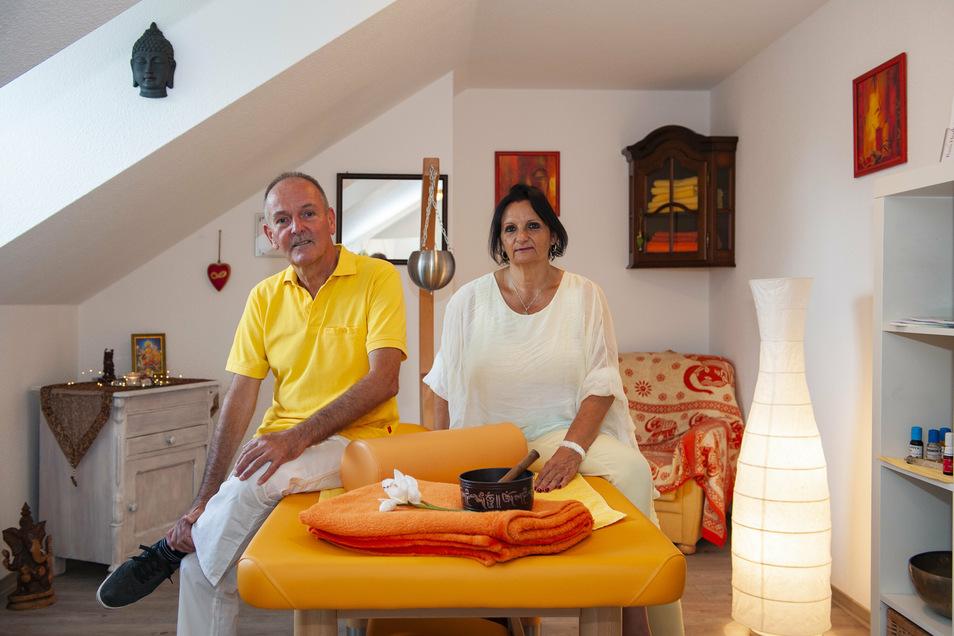 In der neuen Praxis Herz-Balance in Großenhain von Veronika Broszinski. Ihr Mann Bernd arbeitet freiberuflich.