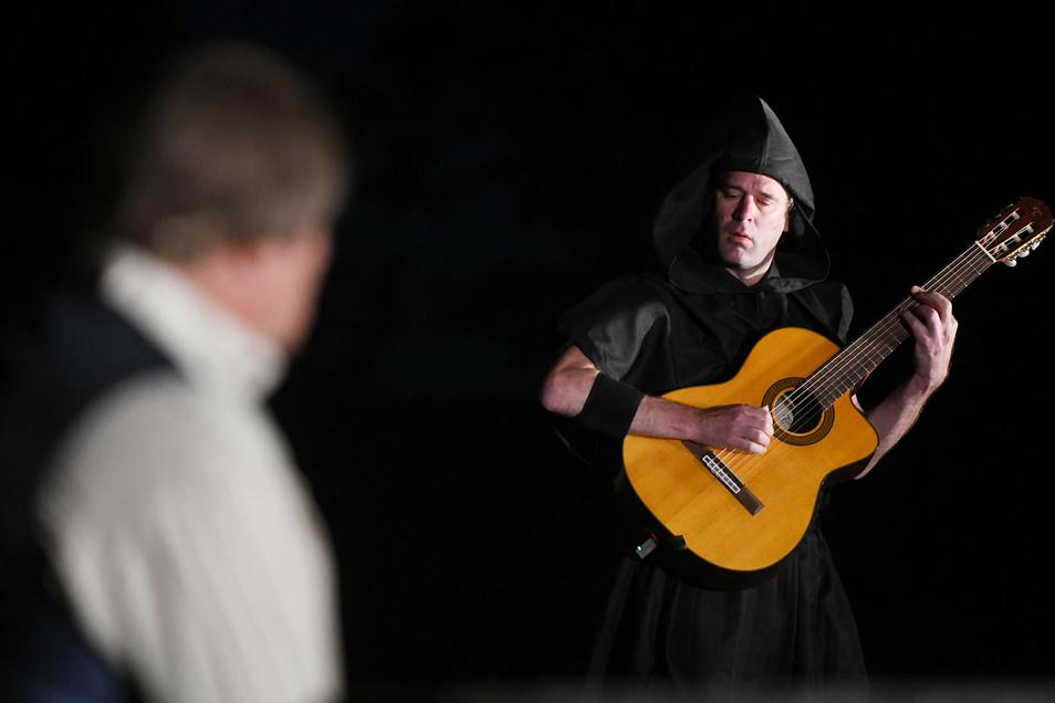 Der Musiker Davis Sick komponierte die Musik und begleitete die Inszenierung live.