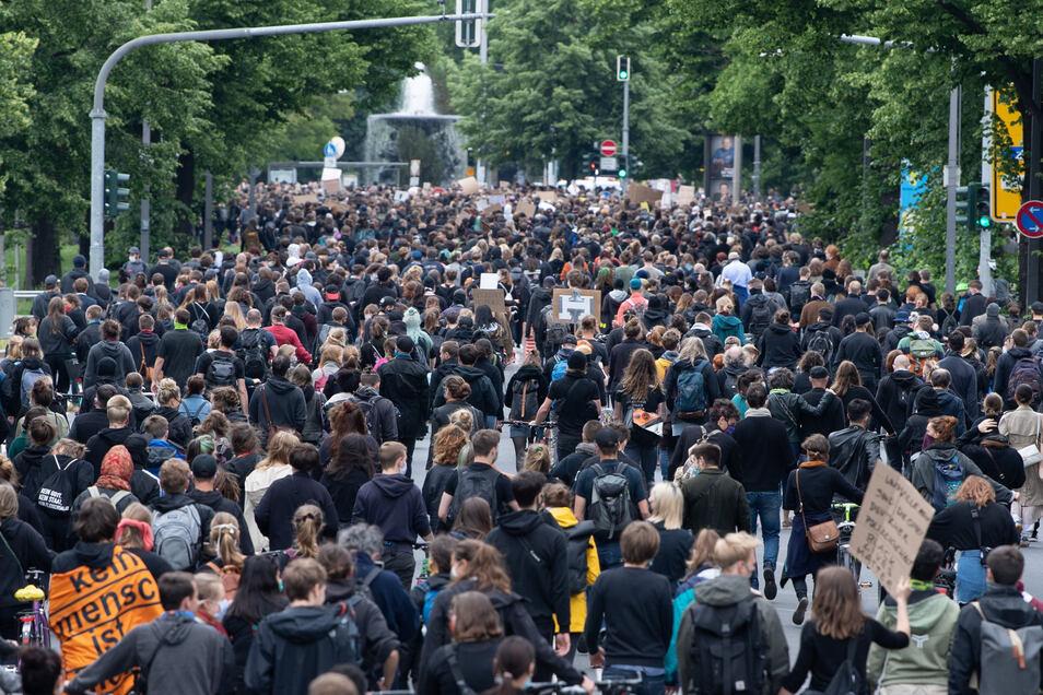 """In Dresden gingen am Samstag während einer """"Silent Demo"""" zur Erinnerung an den gewaltsamen Tod von George Floyd Tausende auf der Albertstraße entlang."""