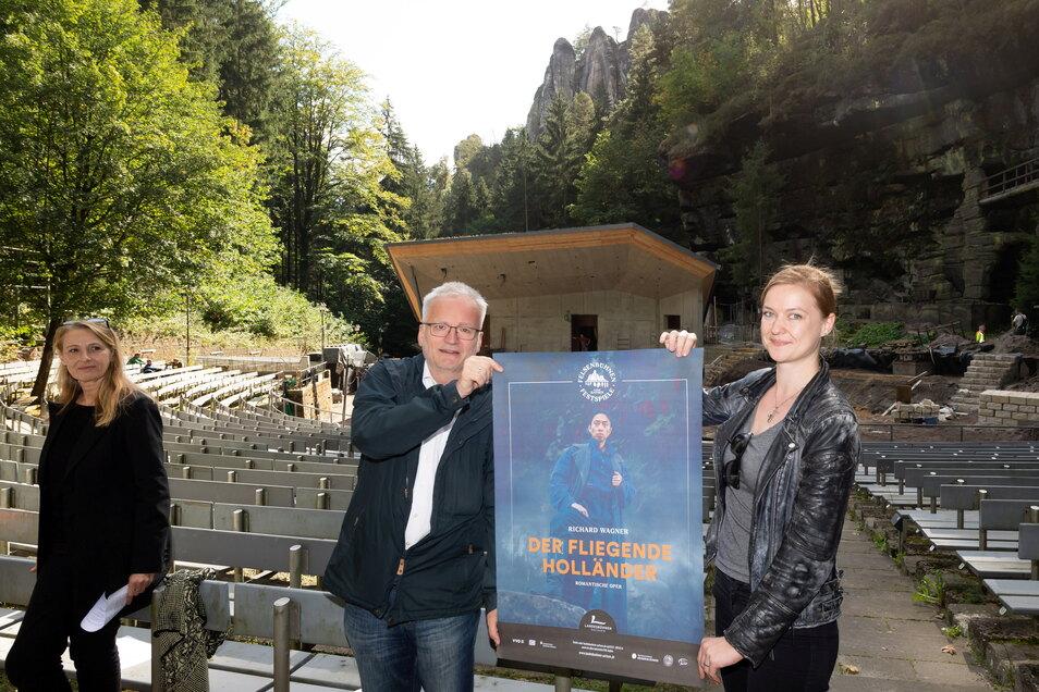 Auf den Freischütz wird man im kommenden Jahr vergeblich warten. Ekkehard Klemm, Chefdirigent der Elblandphilharmonie präsentiert hier mit Kerstin Weiße das druckfrische Plakat für die Felsenbühnen-Festspiele.