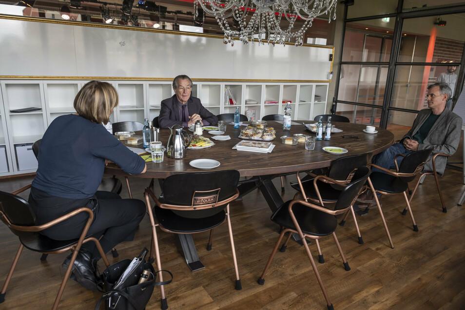 Mit Abstand: Franz Müntefering im Gespräch mit SZ-Feuilleton-Reporterin Christina Wittig-Tausch Feuilletonchef Marcus Thielking.