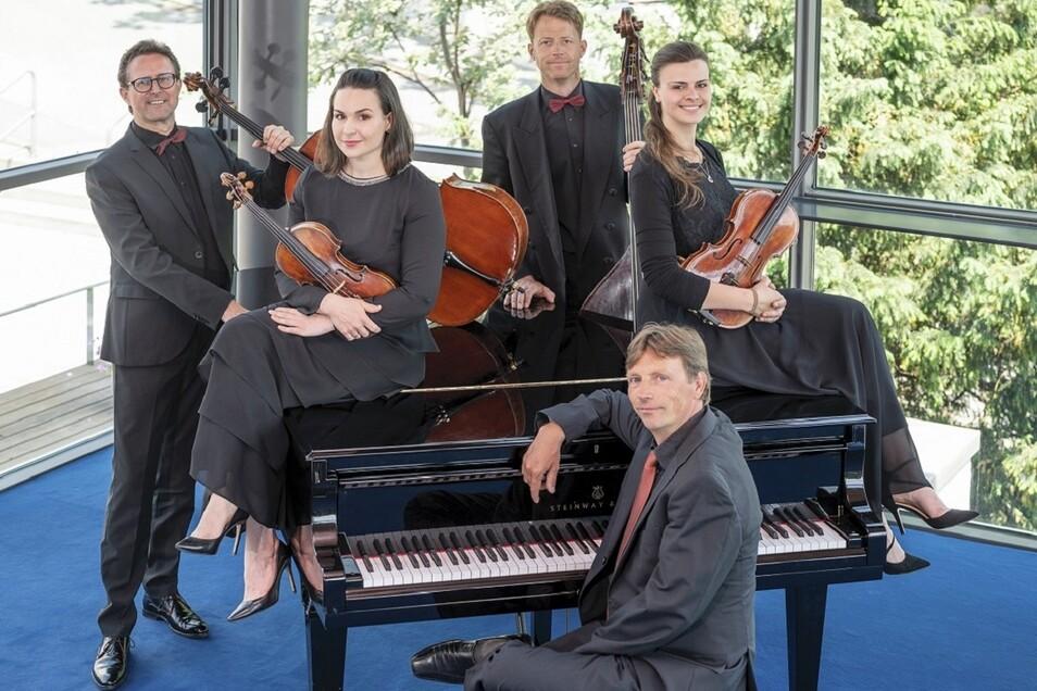"""Das Quintett der Elblandphilharmonie spielt gleich zweimal """"Eine kleine Lachmusik""""."""