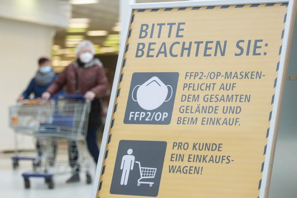 Groß genug ist das Schild und wird auch von den meisten Kunden im Heidenauer Real beachtet.
