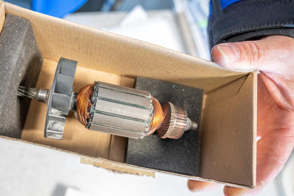 Fabrikneu, aber Jahrzehnte alt: Jens Vogel zeigt einen sogenannten Anker für eine Bohrmaschine aus den 80er Jahren. Repariert wird grundsätzlich jedes Werkzeug, was einen Stecker hat - wenn es wirtschaftlich ist.