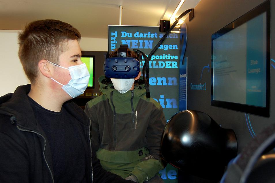 """Konstantin (links) und Max in der """"Blue Lounge"""" im Bus, in der man zu zweit und mittels Virtual-Reality-Brille etwas über die Auswirkungen von Alkohol lernt."""