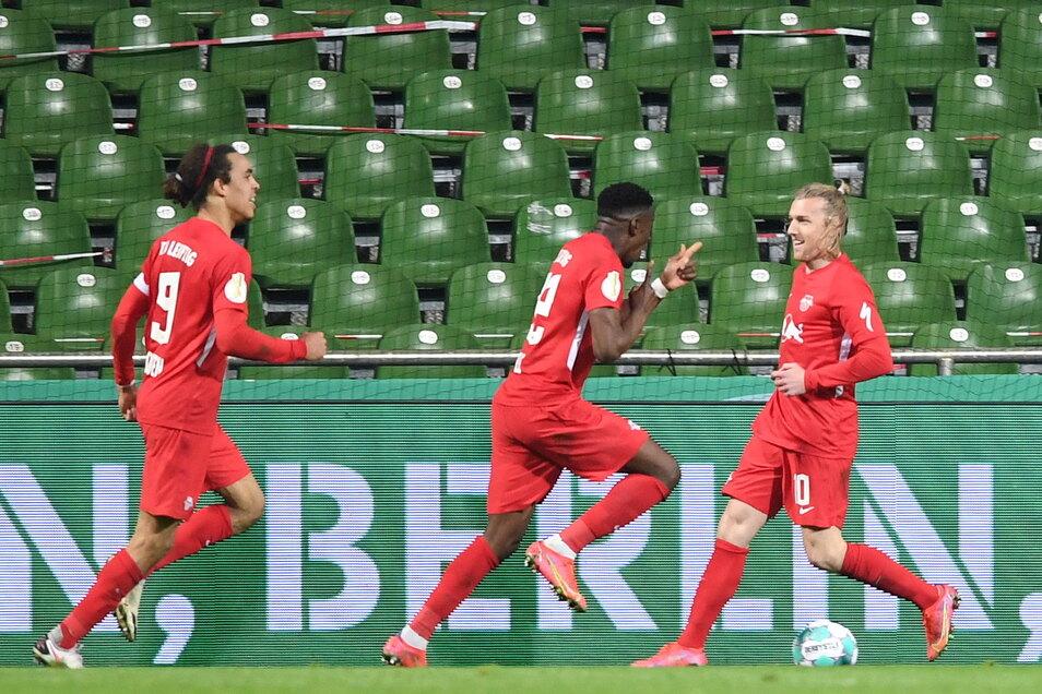 Leipzigs Emil Forsberg (r.) bejubelt sein 2:1-Siegtreffer in der Nachspielzeit der Verlängerung. Damit zieht RB Leipzig zum zweiten Mal ins Pokalfinale ein.