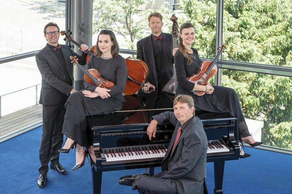 Die Elblandphilharmonie kredenzt am 21. und 22. August, jeweils 18 Uhr, Mozart zum Kugeln und Wiener Schmäh mit Schlagobers.