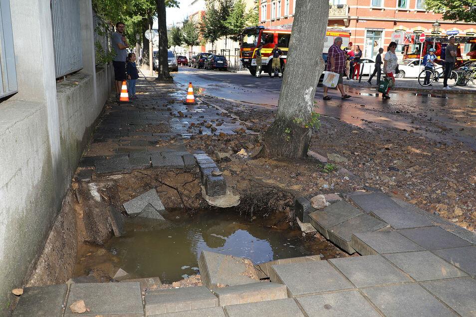 Unter einem Fußweg in Dresden-Löbtau ist am Dienstagnachmittag eine Trinkwasserleitung geborsten. Es kam zu Verkehrsbehinderungen.