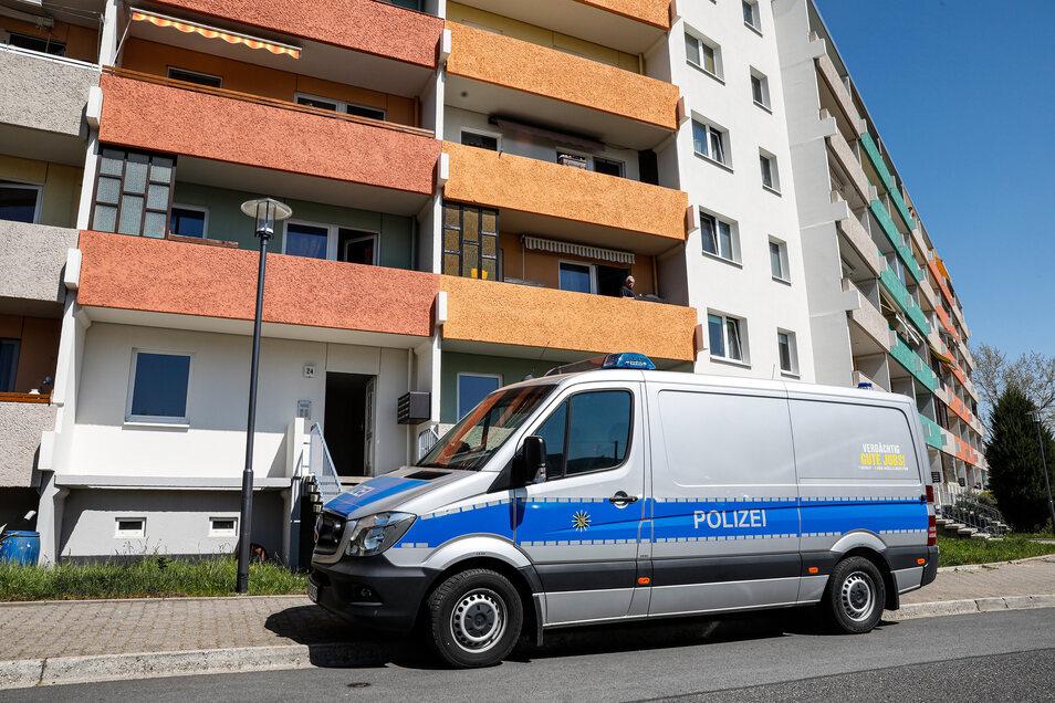 Mit einem Großaufgebot ist die Polizei seit Donnerstagvormittag in der Lauschestraße in Olbersdorf im Einsatz.