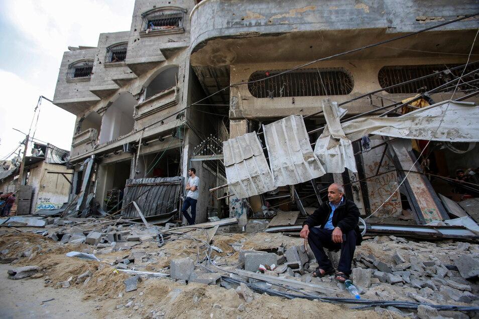 Ein palästinensischer Mann sitzt vor seinem zerstörten Haus nach israelischen Luftangriffen im Flüchtlingslager Jabaliya.
