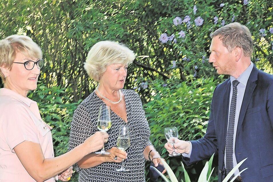 Als Marschallin Elzbieta Polak (li). in Bad Muskau mit Bundeskulturministerin Monika Grütters und Michael Kretschmer anstieß, gab es Sekt. Der war aber nicht aus Grünberger Trauben.