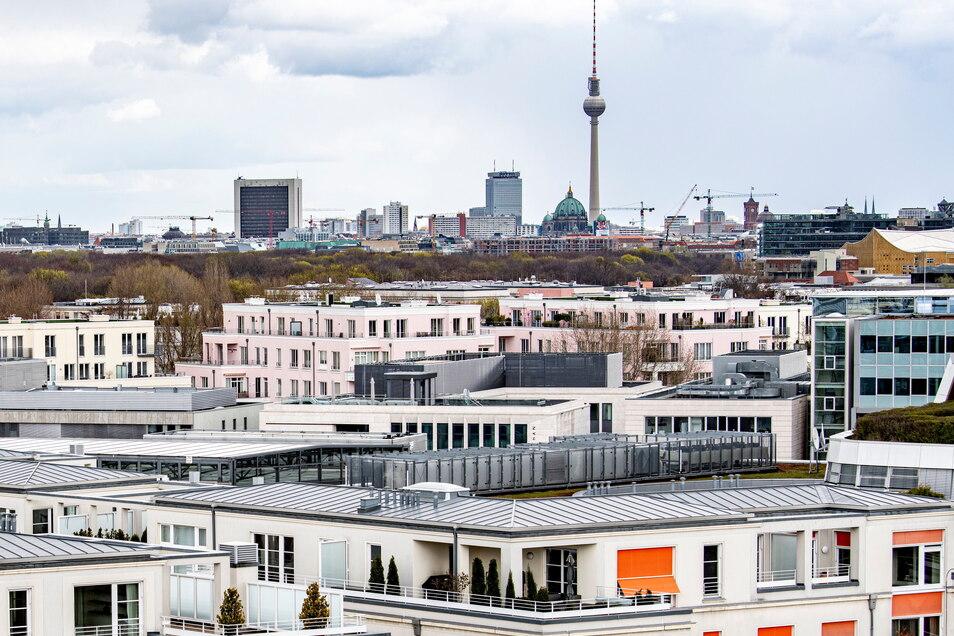 Wohnungen vor dem Berliner Fernsehturm. Das Bundesverfassungsgericht hat den Berliner Mietendeckel für nichtig erklärt.