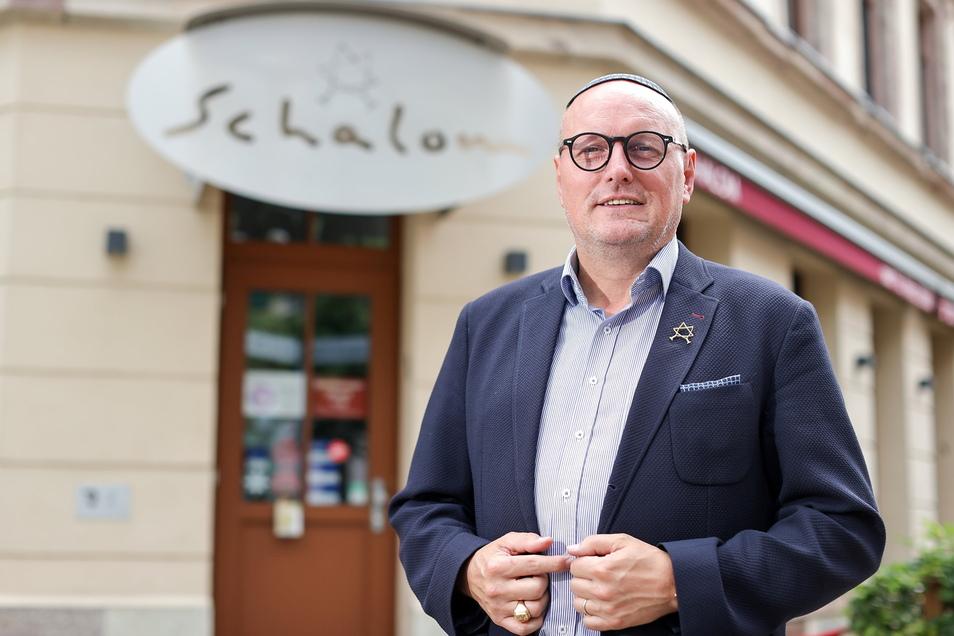"""Uwe Dziuballa steht vor seinem jüdischen Restaurant """"Schalom"""" in Chemnitz."""