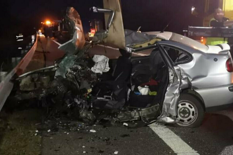 In diesem Auto kamen die Mutter und eines ihrer Kinder um, das zweite starb auf dem Flug zum Krankenhaus.