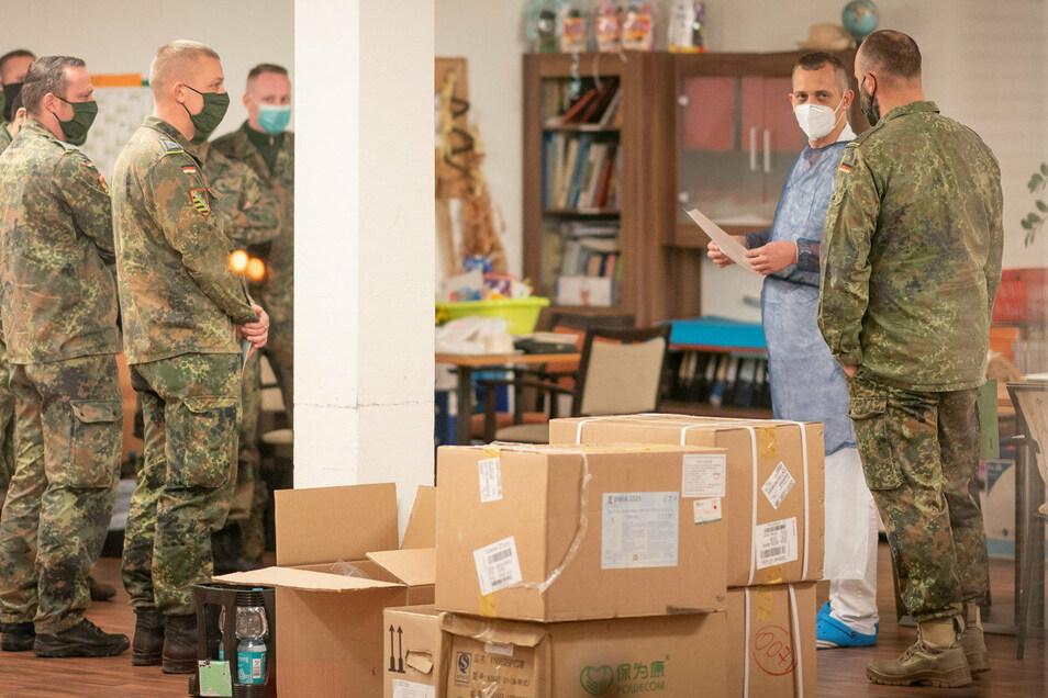 """Einweisung der neuen """"Kollegen"""": Bundeswehrsoldaten helfen im Senioren- und Pflegeheim Haus """"Sonnengarten"""" in Freital aus."""
