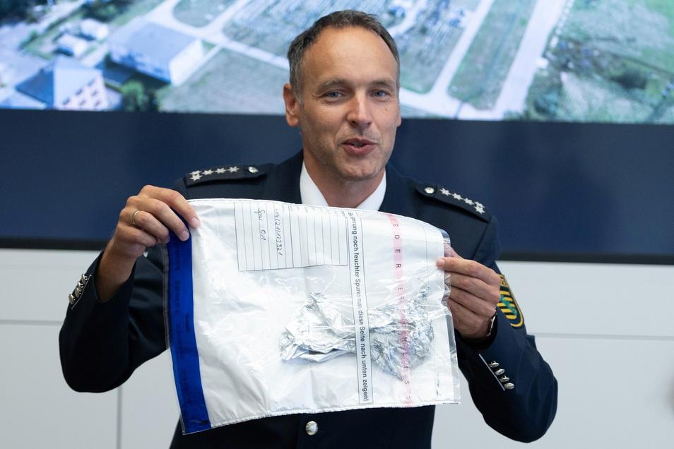 Polizeisprecher Thomas Geithner hat am Dienstag über den aktuellen Ermittlungsstand zum Stromausfall informiert. Hier zeigt er Reste des gefundenen Ballons.