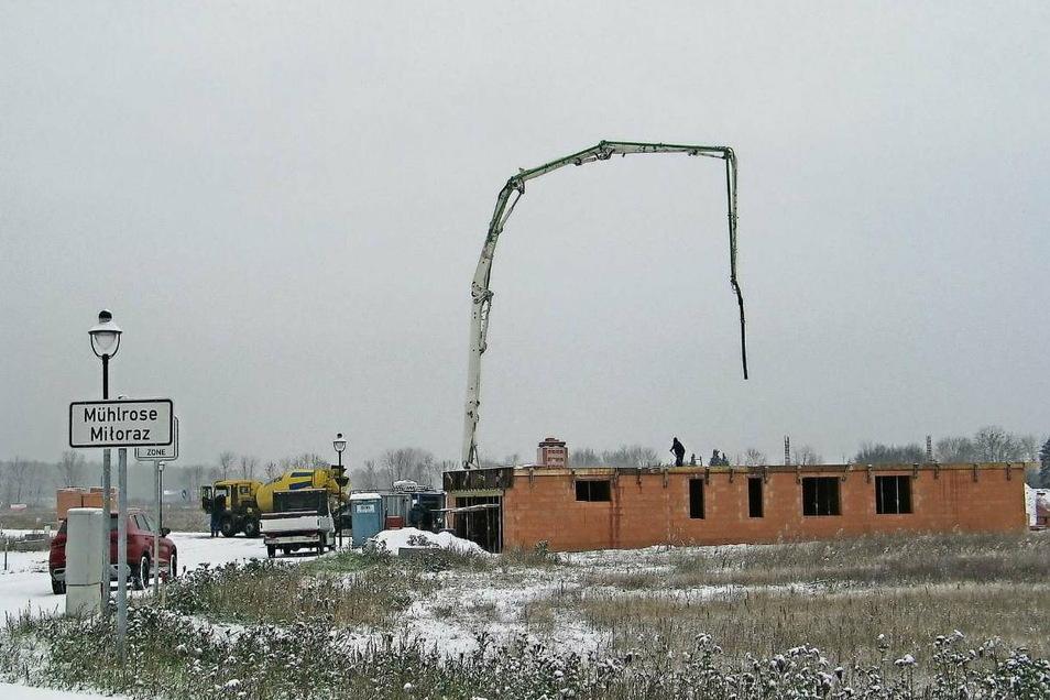 Am neuen Standort von Mühlrose geht es trotz Wintereinbruch zügig voran. Mit der Umsiedlung verliert die Gemeinde Trebendorf an die 200 Einwohner. Nicht nur deshalb sieht sie sich als eine der am stärksten von Kohleausstieg und Strukturwandel betroffen