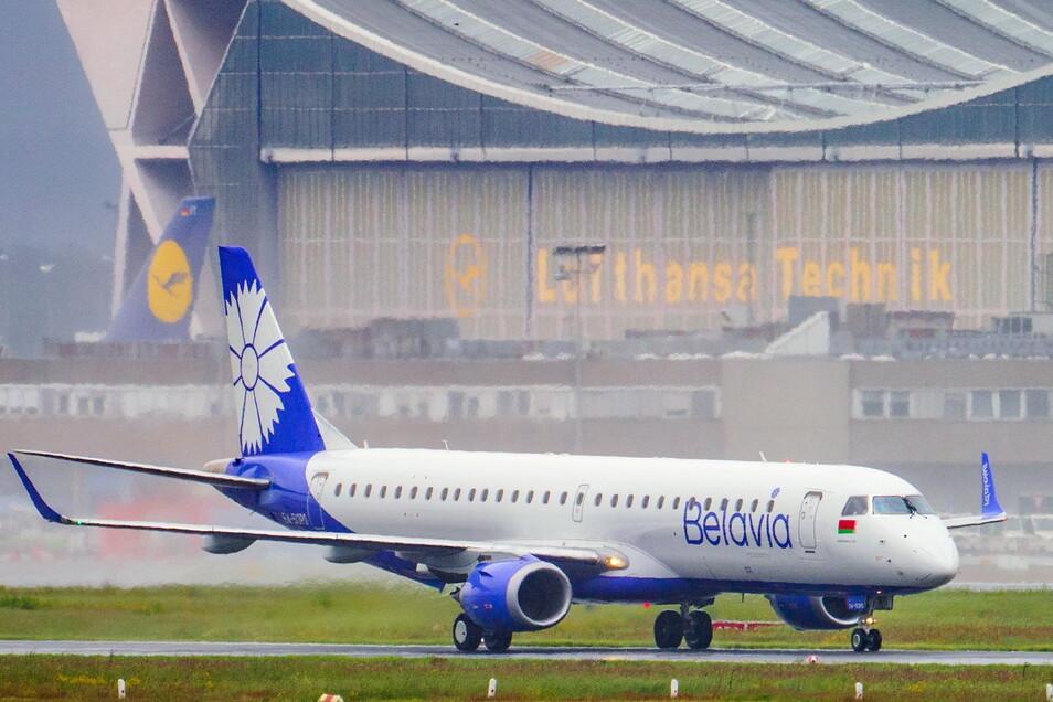 Eine Maschine der belarussischen Fluggesellschaft Belavia - Belarusian Airlines fährt über die Rollbahn des Flughafens Frankfurt.
