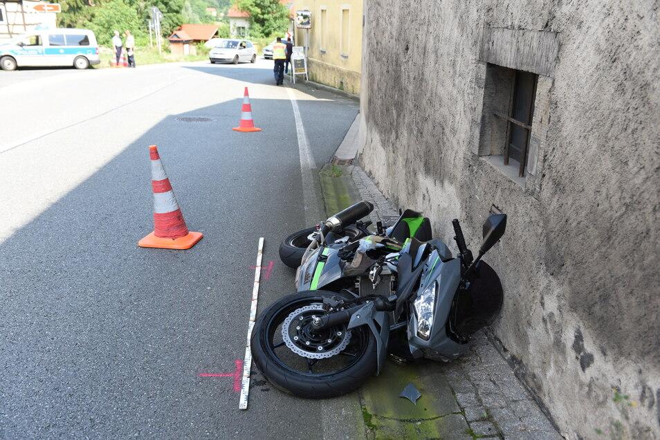 Auf der B6 kam es am Samstagnachmittag zu einem schweren Unfall, bei dem ein Motorradfahrer schwer verletzt wurde.