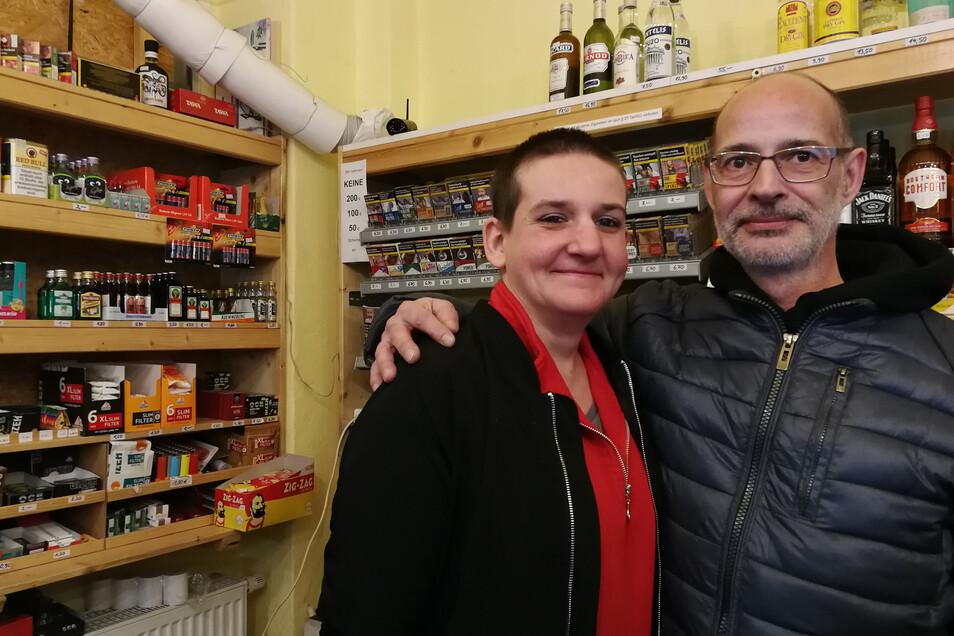 Jürgen Schiebel betreibt einen Spätshop in der Neustadt, Denise Glombowsky arbeitet für ihn. Sie dürfen weiterhin geöffnet bleiben, weil die Menschen nicht im Inneren trinken.