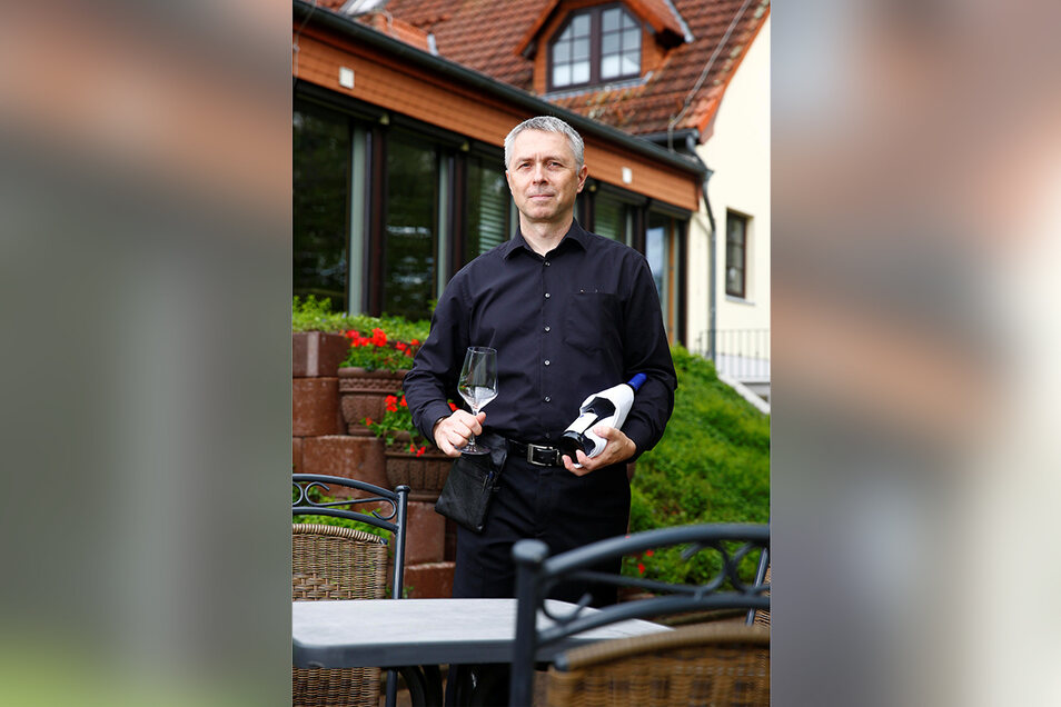 Auf den Terrassen am Hotel & Restaurant Waldblick in Friedersdorf bei Pulsnitz finden 86 Gäste Platz. Jens Röseberg kredenzt gern eine Flasche Wein.